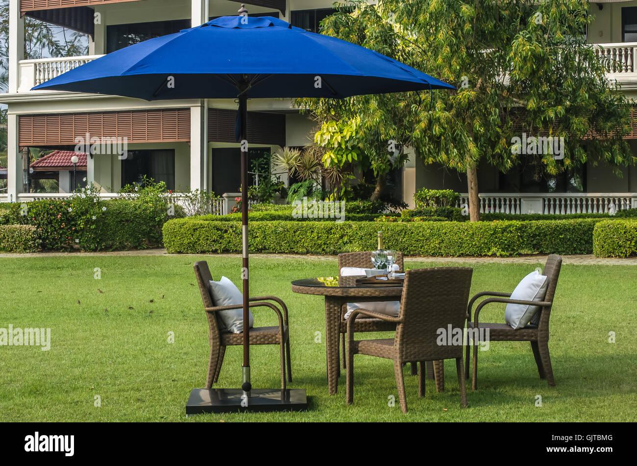 Rattan-Möbel, Tisch, Stühlen, Sonnenschirm und Outdoor-Kissen set im ...