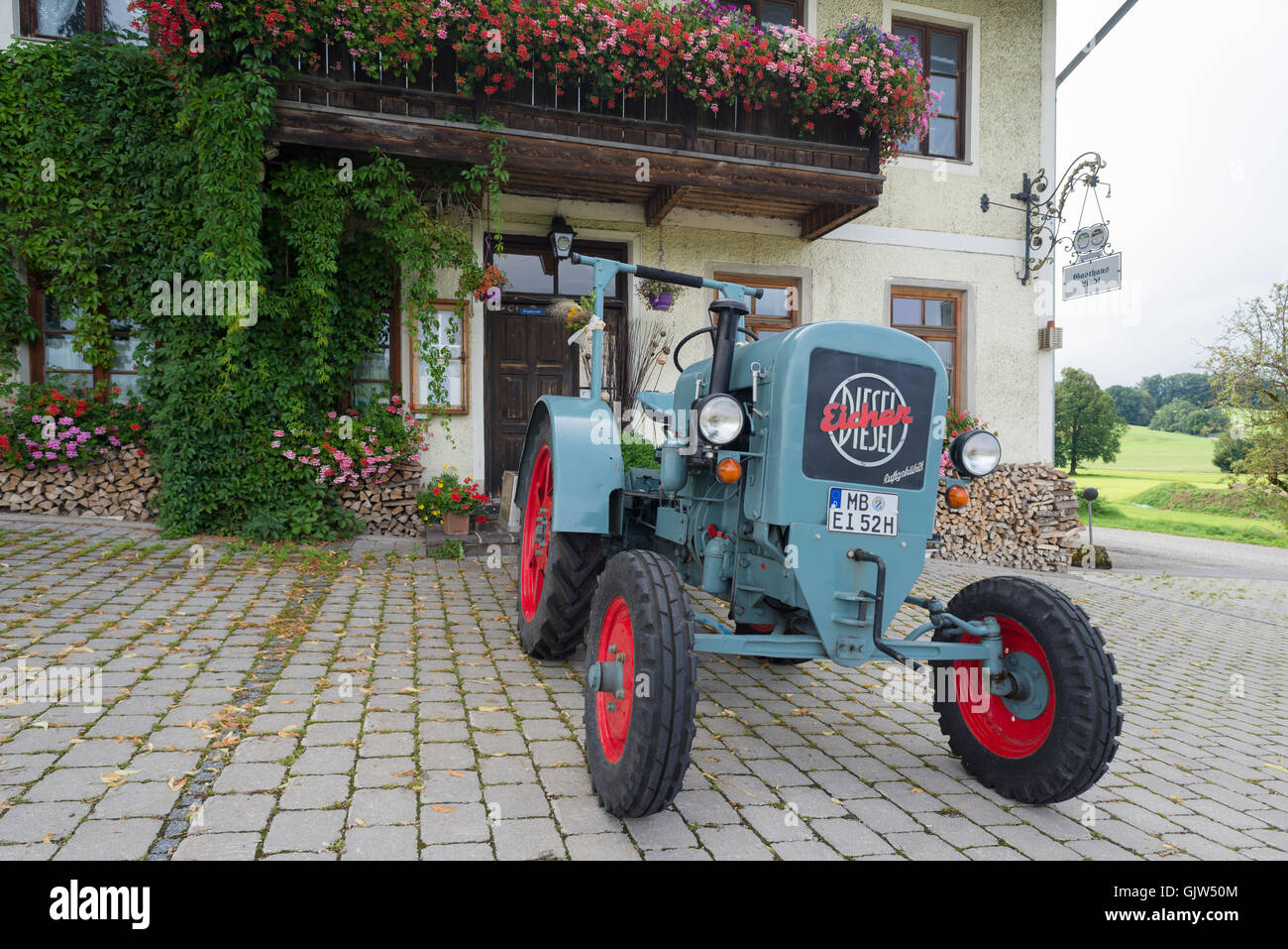 eicher diesel oldtimer traktor vor dem gasthaus lindl. Black Bedroom Furniture Sets. Home Design Ideas