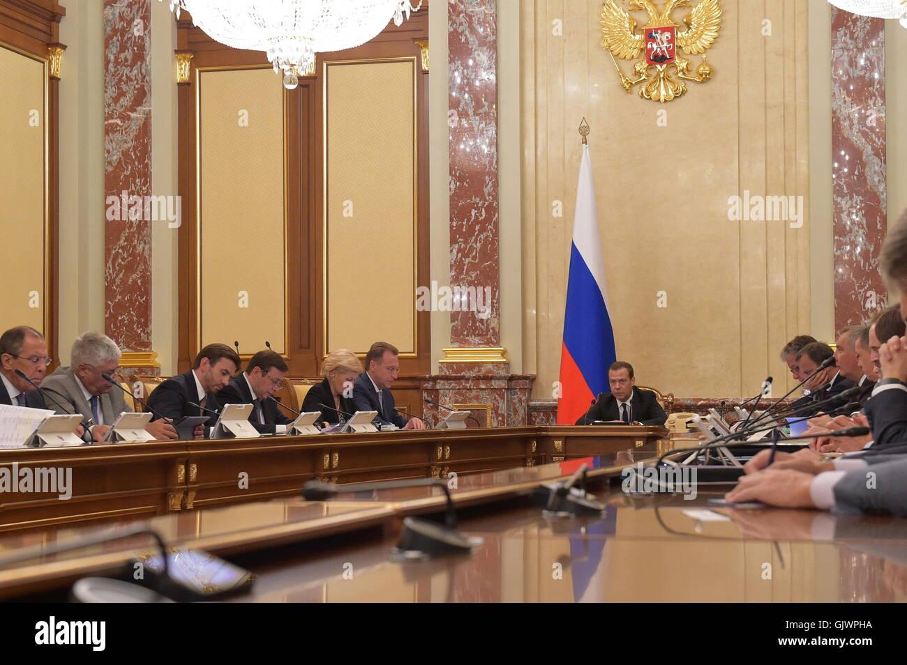Moskau, Russland. 18. August 2016. Russlands Prime Minister Dmitry Medvedev (R) spricht bei einer Sitzung der russischen Stockfoto