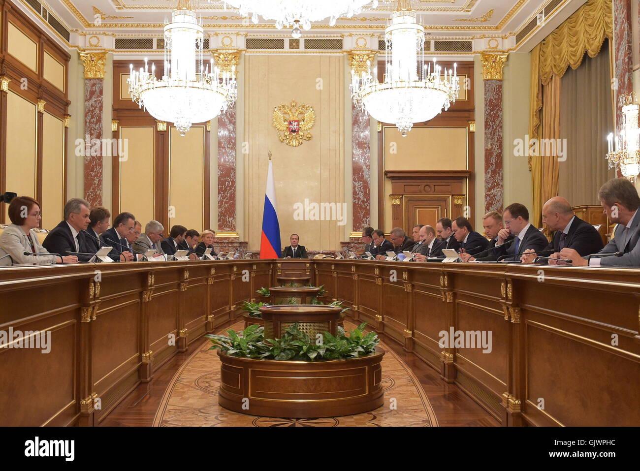Moskau, Russland. 18. August 2016. Russlands Prime Minister Dmitry Medvedev (C) spricht bei einer Sitzung der russischen Stockfoto