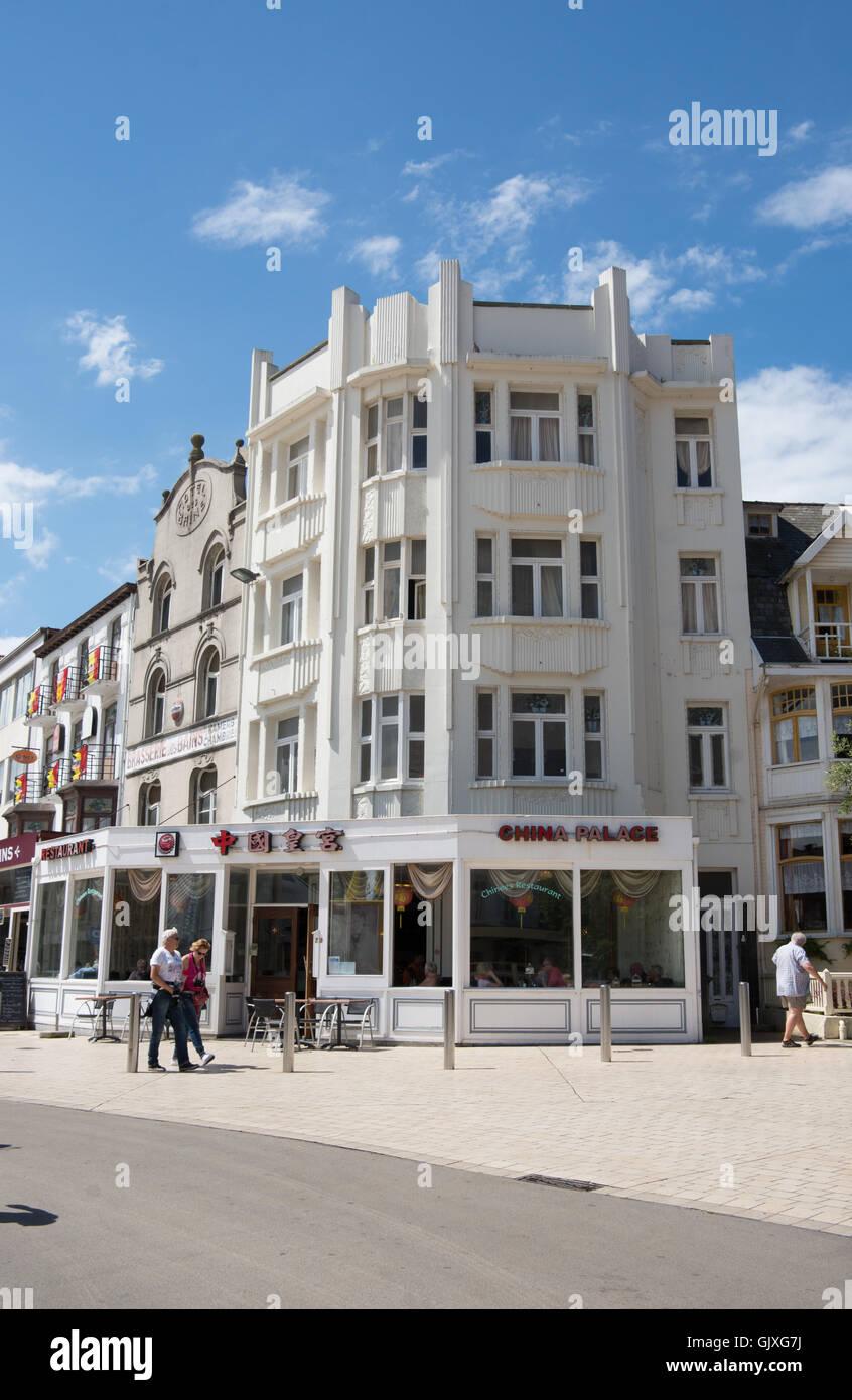 Eines der vielen Art-Deco-Gebäude in De Panne, Belgien. Das ...