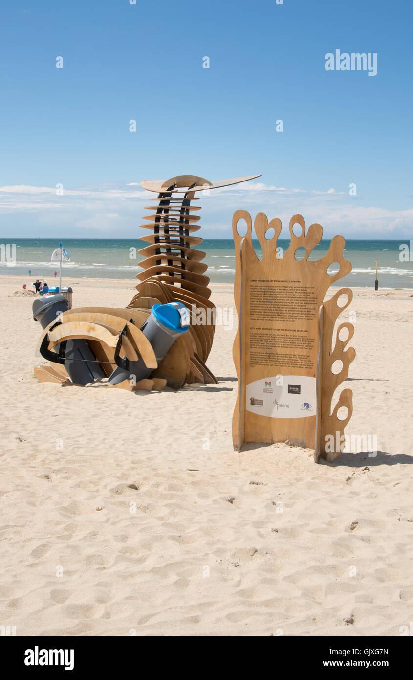 Eine Skulptur fördert das Umweltbewusstsein am Strand und im Meer und verbindet zwei Abfallbehälter. Stockfoto