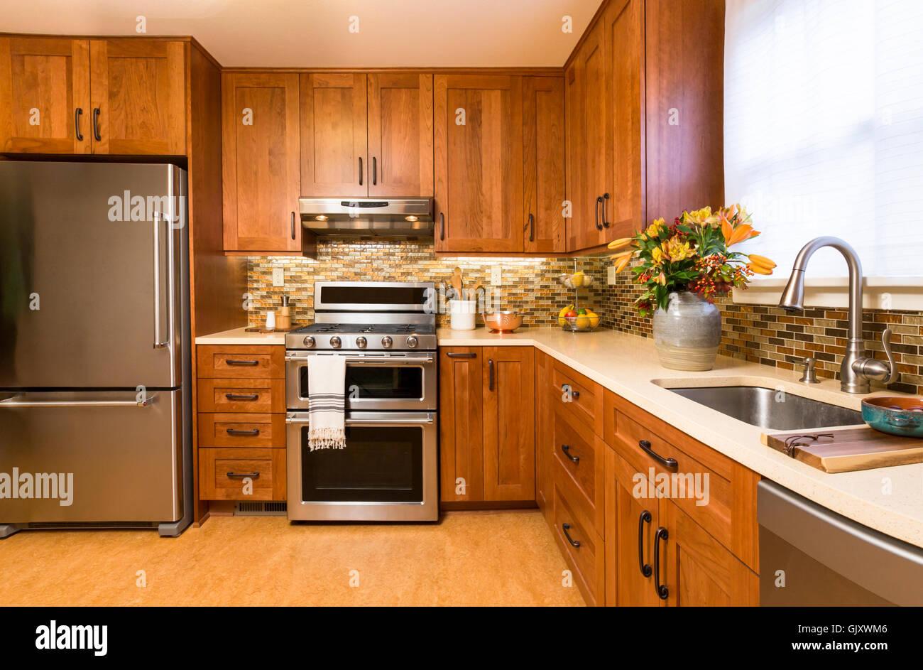 Zeitgenössische Gehobene Küche Zu Hause Interieur Mit Kirsche Holz Schränke,  Quarz Arbeitsplatten, Nachhaltiges Recycling Linoleumböden U0026