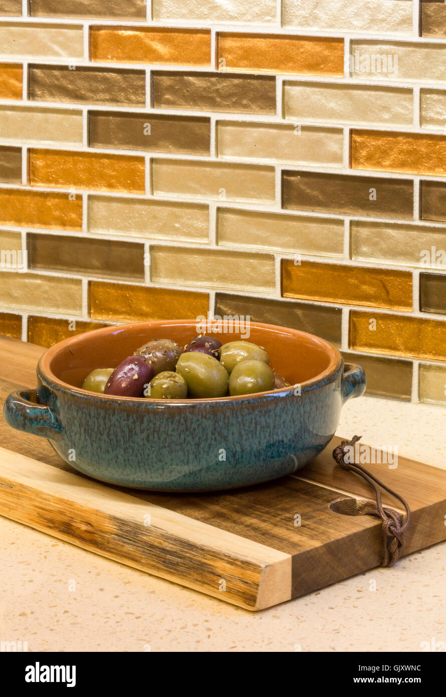 Küche Zu Hause Innen Detail. Oliven Vorspeisen In Keramik Servierplatte Auf  Arbeitsplatte Mit Glasmosaik Fliesen Backsplash.