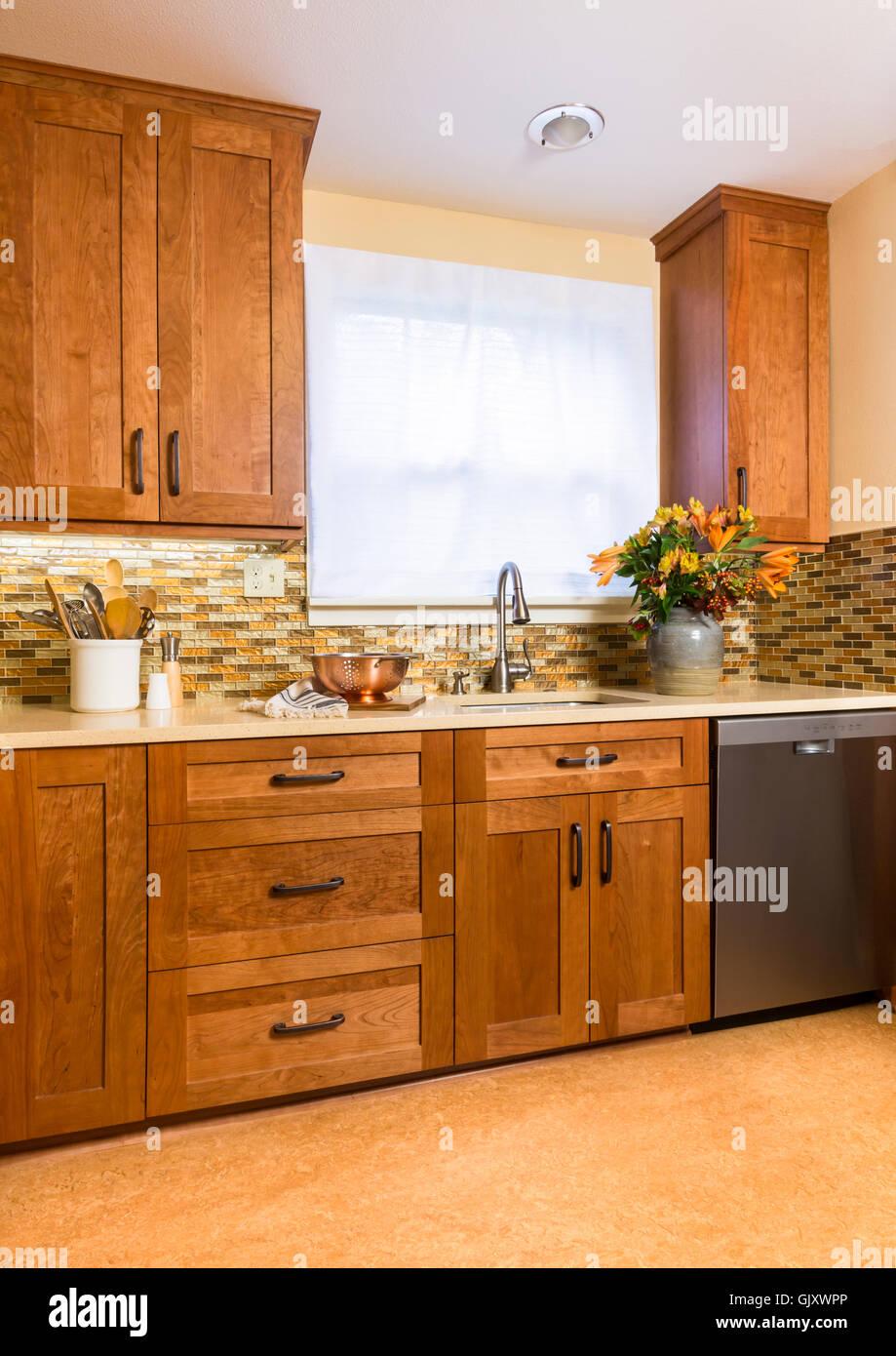 Zeitgenössische Gehobene Küche Zu Hause Mit Kirsche Holz Schränke,  Nachhaltiges Recycling Linoleumböden U0026 Glas Fliesen Backsplash