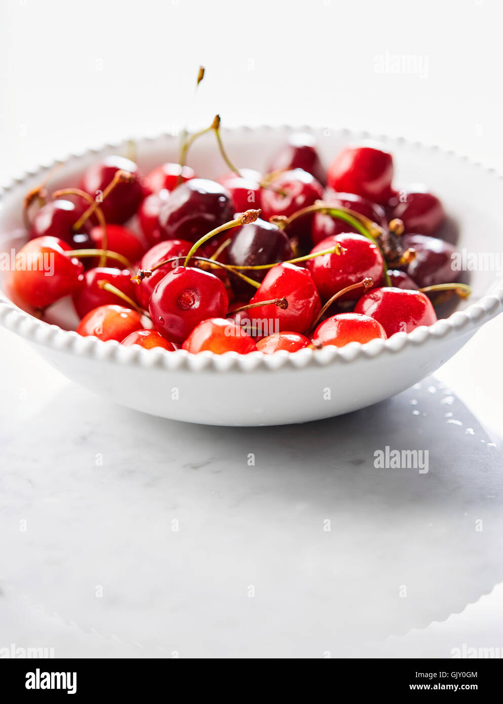 Teller mit frischen Kirschen. Nahaufnahme Stockbild