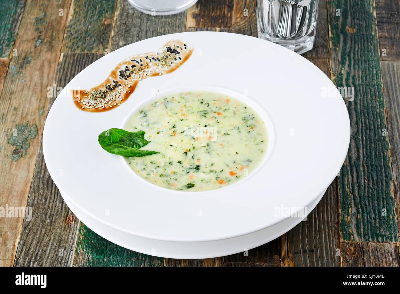 Zucchini-Suppe auf Holztisch, horizontale erschossen Stockfoto
