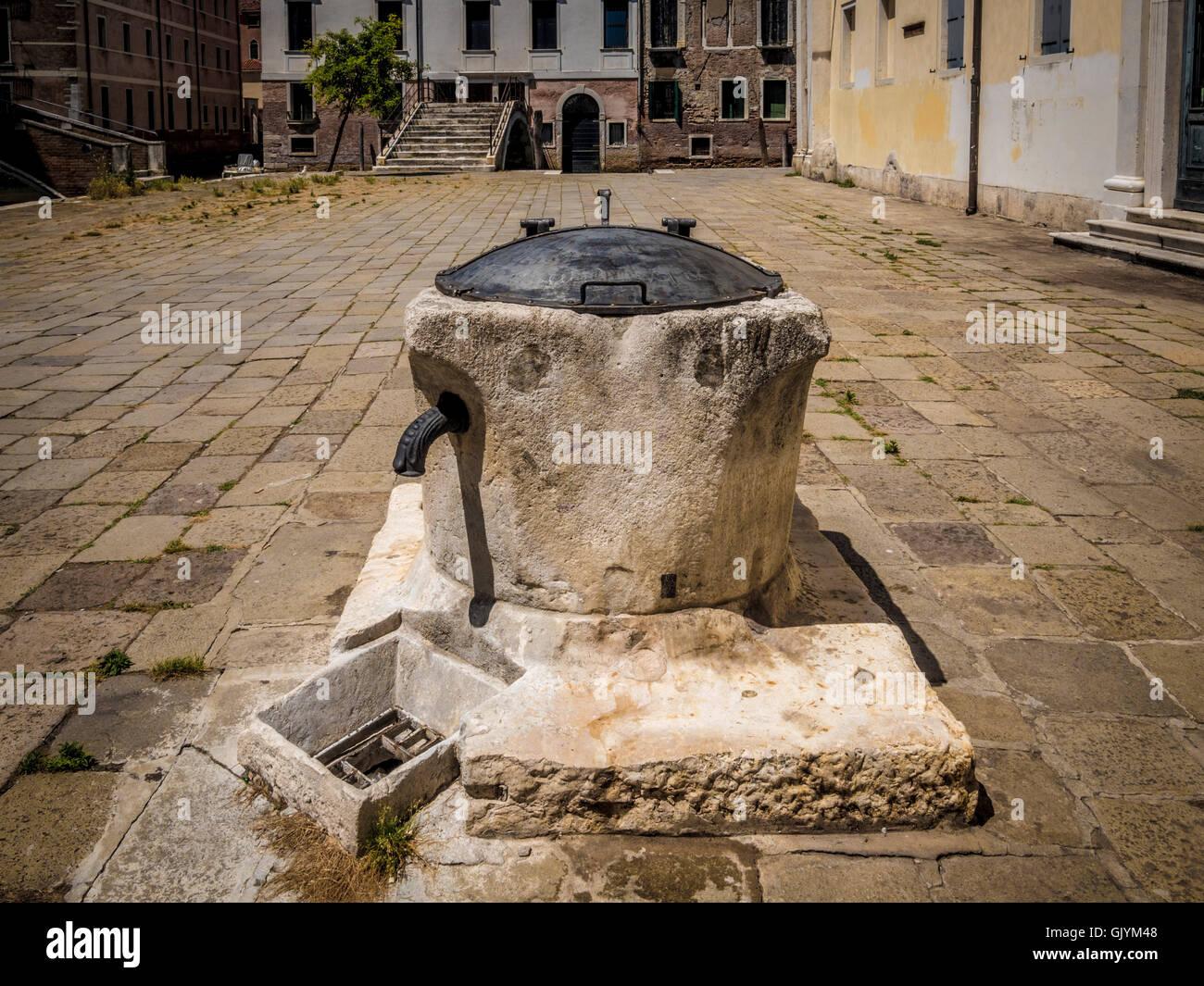 Stillgelegten Wasser gut in einer venezianischen Platz oder Campo, Venedig, Italien. Stockbild