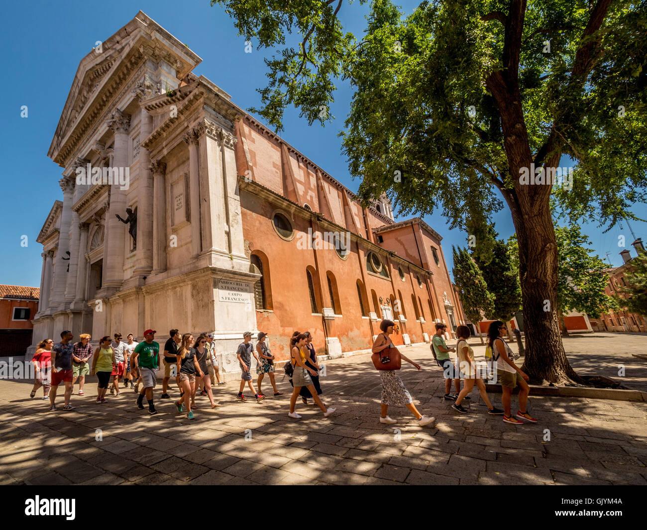 Ein Rundgang in der Kirche von San Francesco della Vigna, zu Fuß in Richtung der nahe gelegenen Platz oder Stockbild