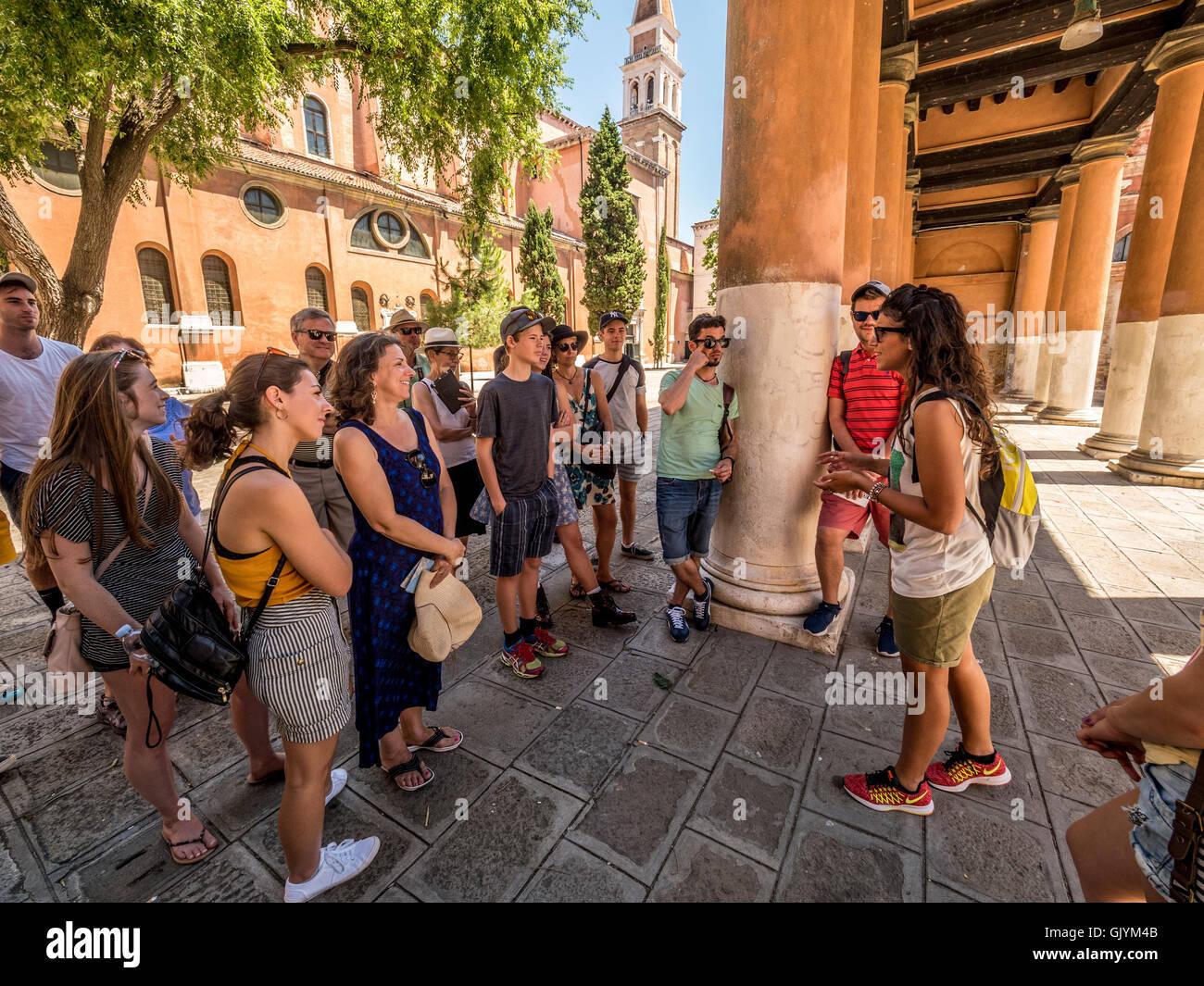 Reiseleiter auf eine Gruppe von Touristen auf einen nachhaltigen Tourismus, Rundgang durch Venedig, Italien. Stockbild