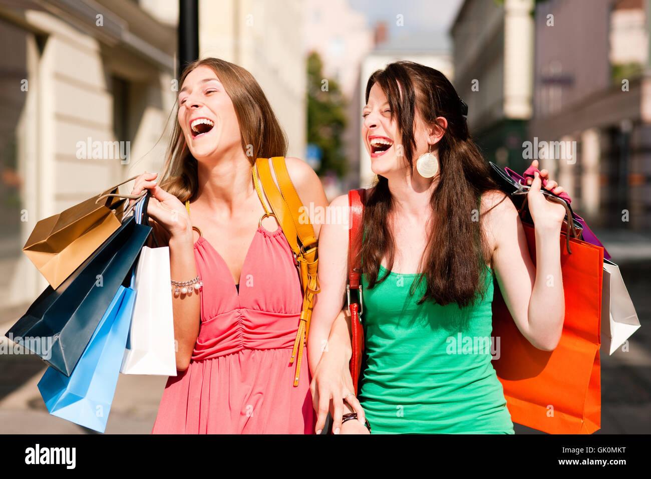 Frauen beim einkaufen bilder