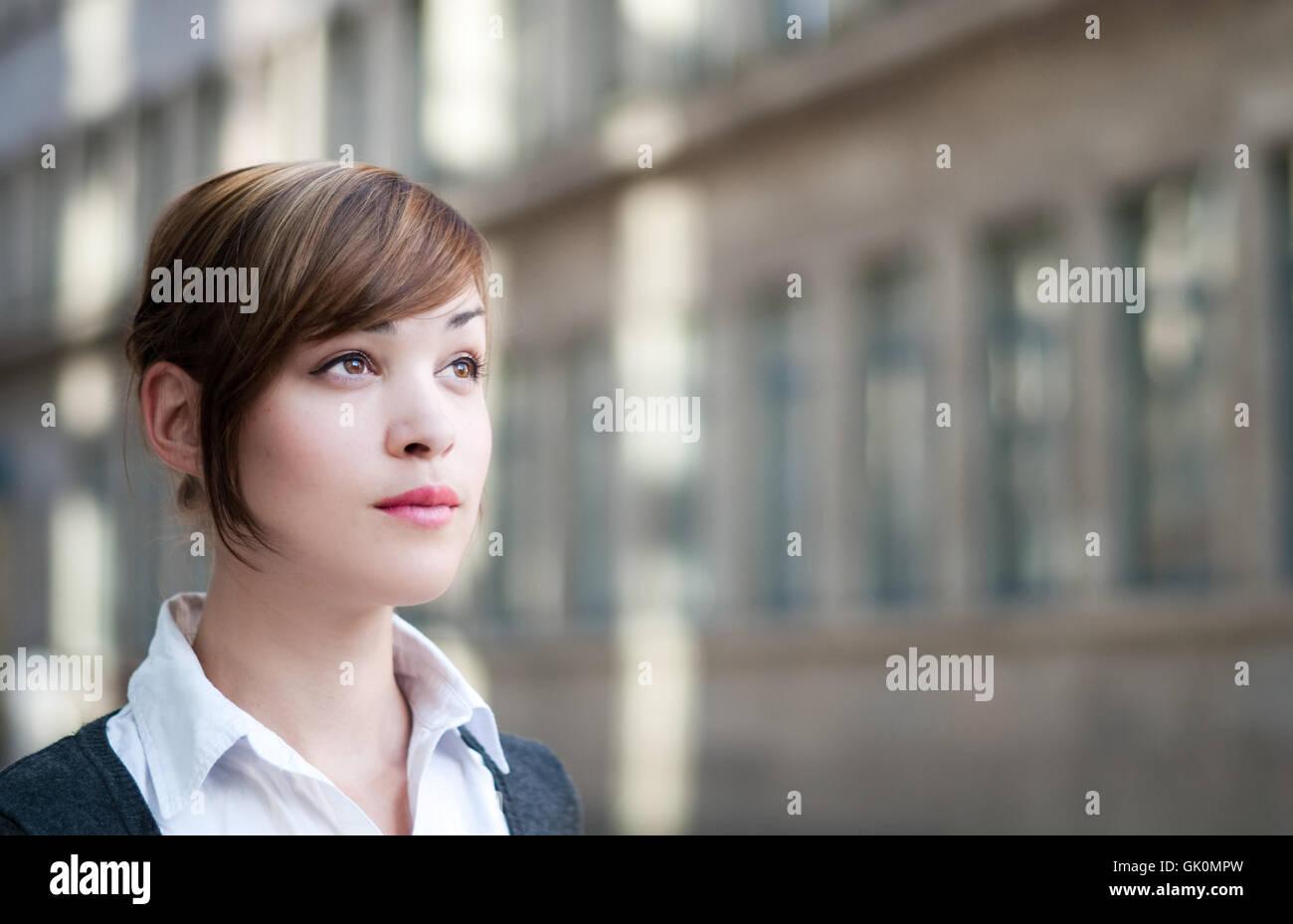 Geschäftsfrau blickt in die Zukunft Stockbild