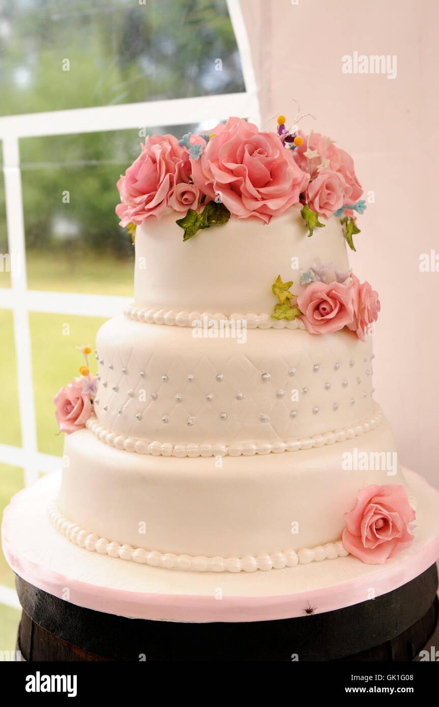 Weisse Hochzeitstorte Mit Rosa Blumen Auf Einem Tisch In Einem Zelt