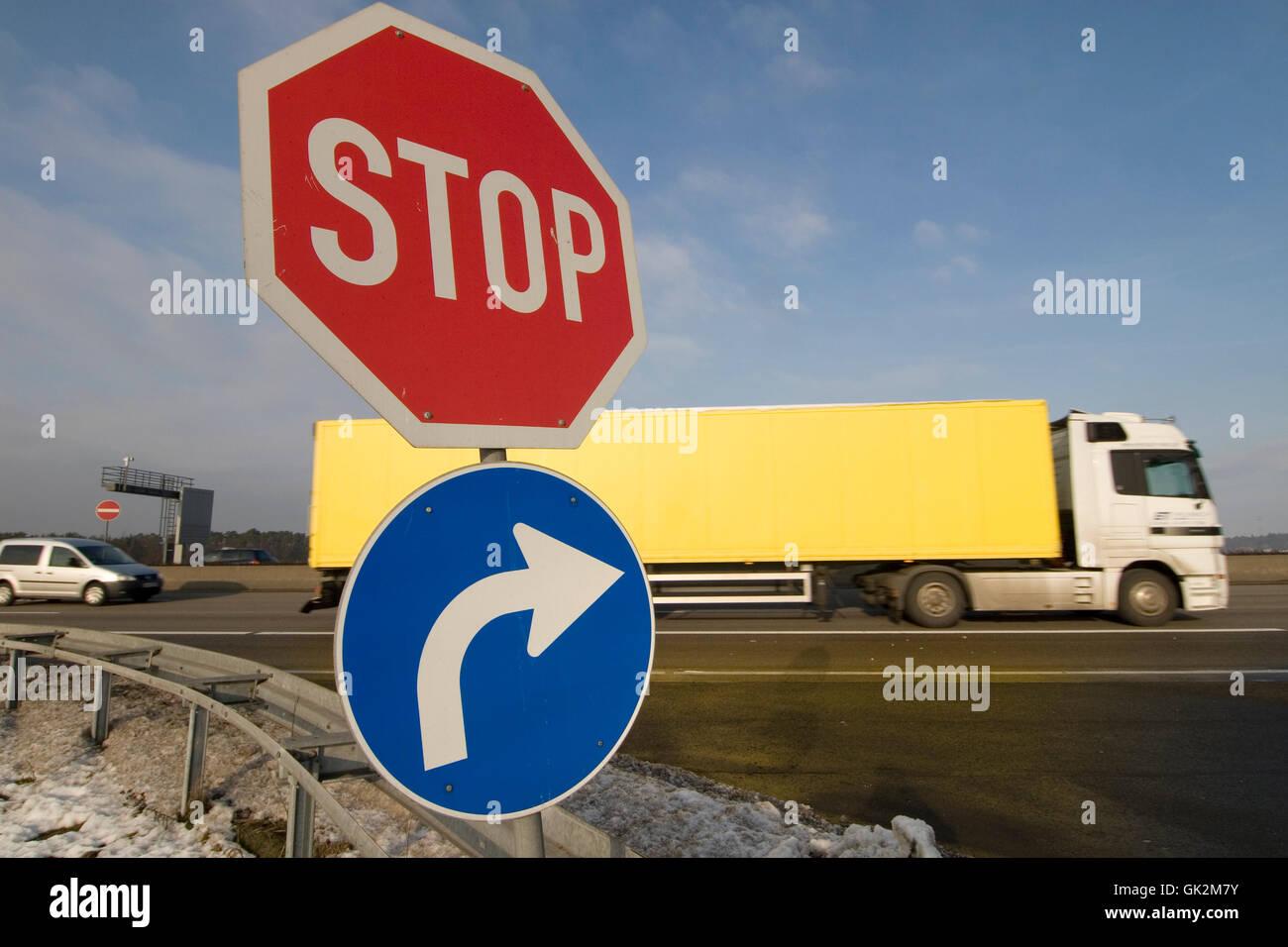 Verkehrszeichen auf einem Autobahnkreuz Stockbild