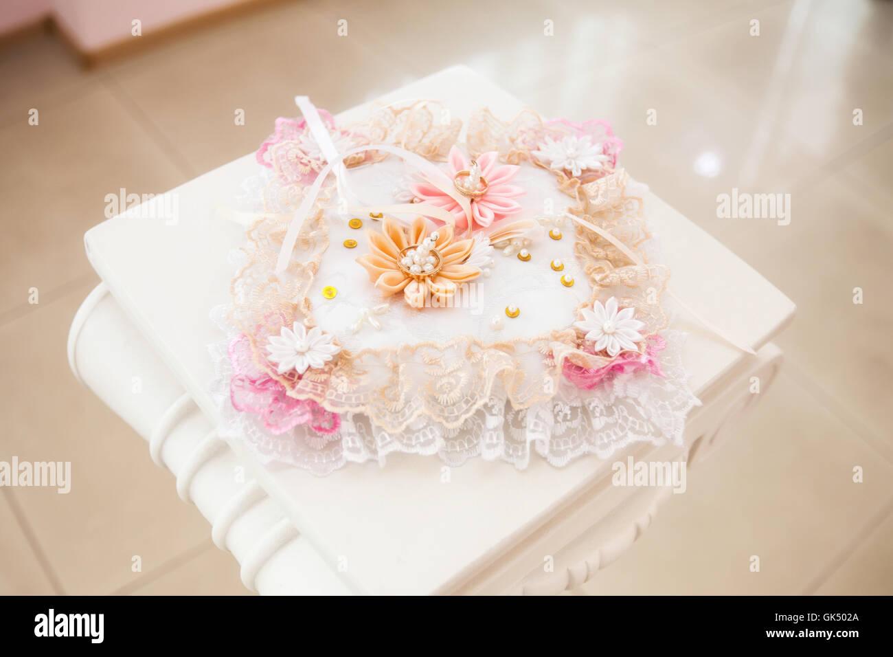 Goldene Hochzeit Ringe Auf Weissen Kissen Mit Blumen Geschmuckt