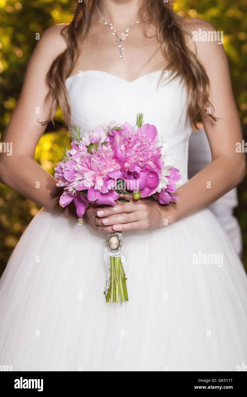 Schöne rosa Pfingstrose Hochzeit Bouquet in Braut die Hände, Nahaufnahme Stockfoto