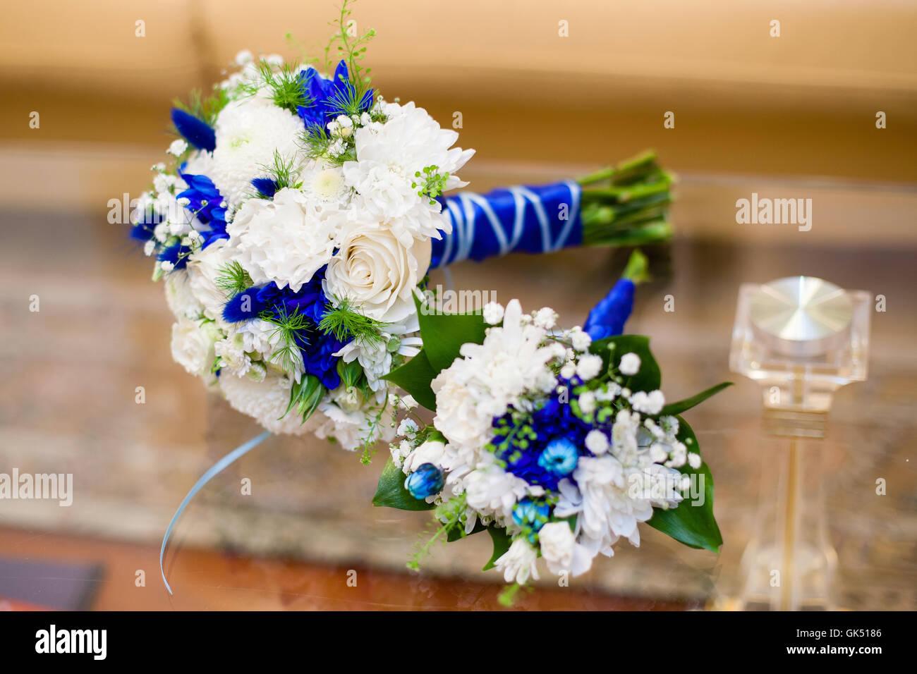 Blaue Und Weisse Hochzeitsstrauss Rosen Auf Glastisch Stockfoto Bild