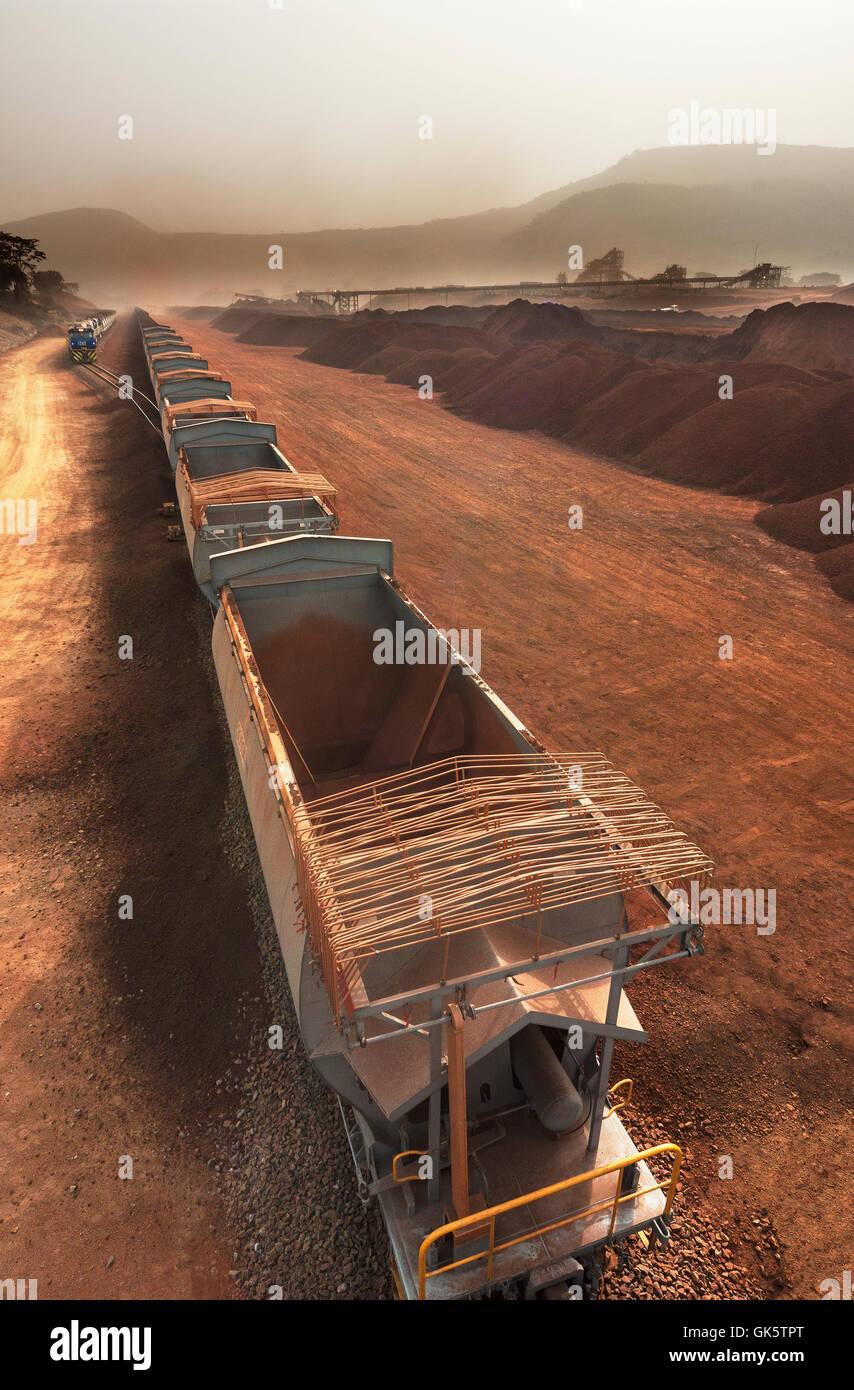 Leere erz Wagen bei Rail Kopf Anreisen zum Beladen mit Eisenerz. Geladen Zug auf Ring in Entfernung warten auf Port Stockbild