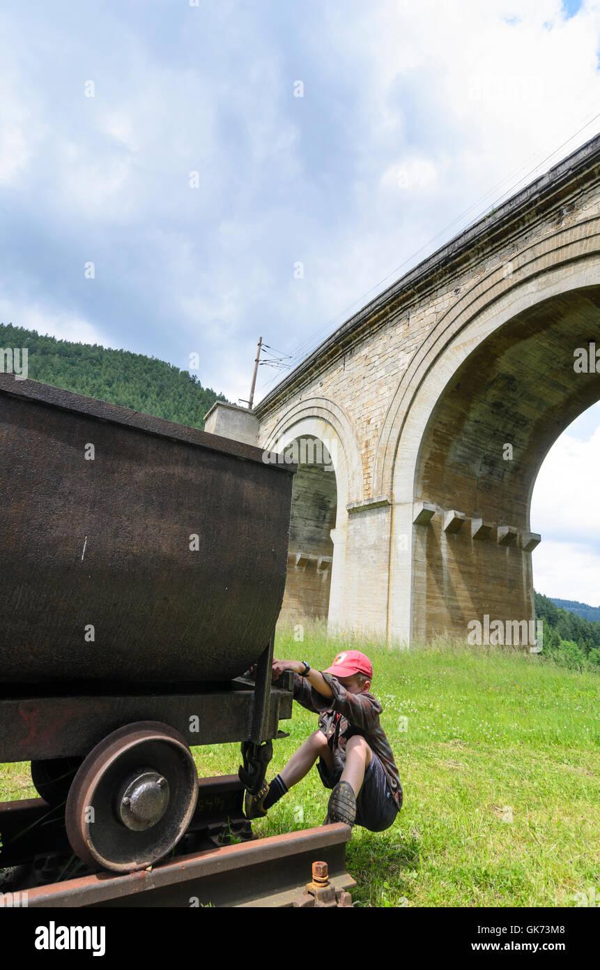 Breitenstein: Fleischmann Brücke der Semmeringbahn mit Lore den Bau der Semmeringbahn, junge, Österreich, Stockbild