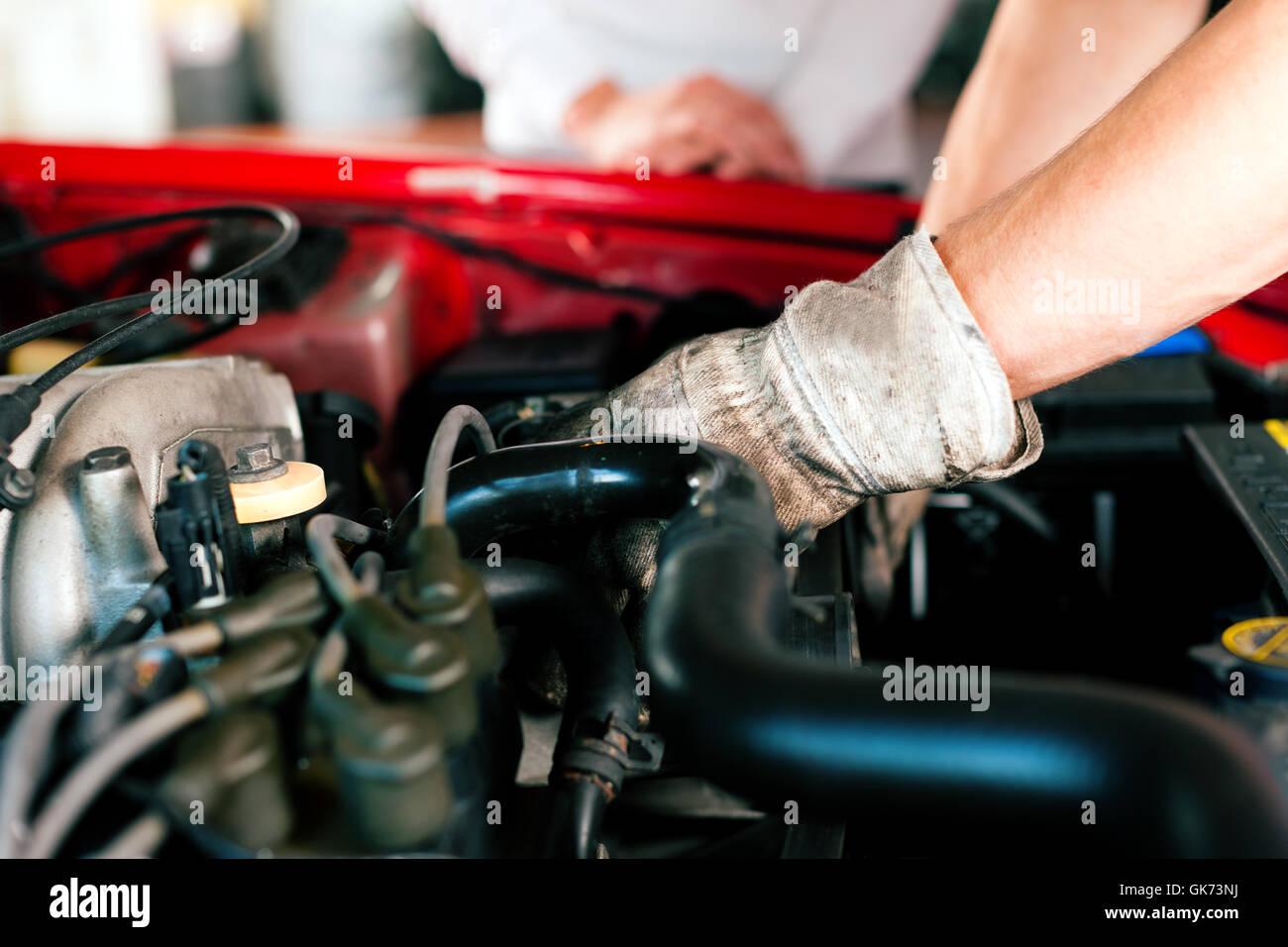 Kfz-Mechaniker in der Autowerkstatt Stockbild