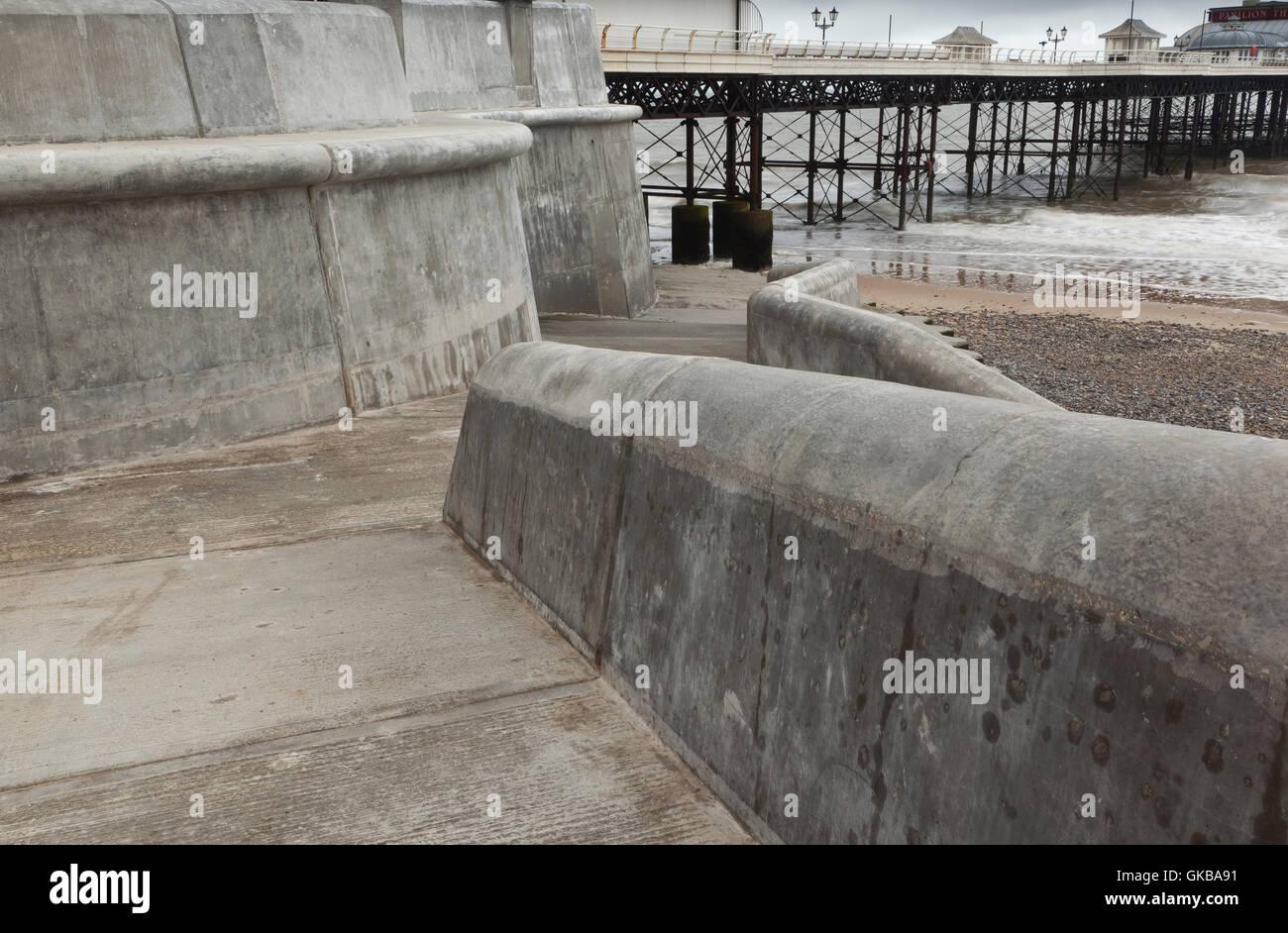 Der neue Beton Meer Abwehrmechanismen und der Promenade am Cromer Beach nach Sturmschäden Stockbild