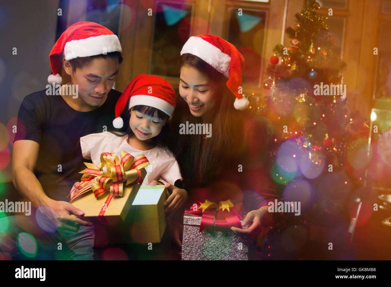 Asiatischen Familie Öffnen einer Geschenkbox am Weihnachtstag ...