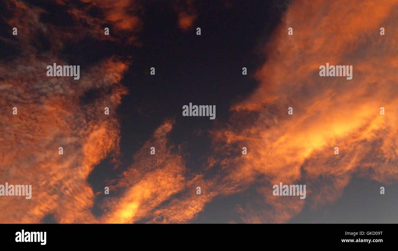 Eine Wüste Himmel mit rosa gold farbigen Stratocumulus Wolken bei Sonnenuntergang Sonnenuntergang über dem Anza Stockfoto