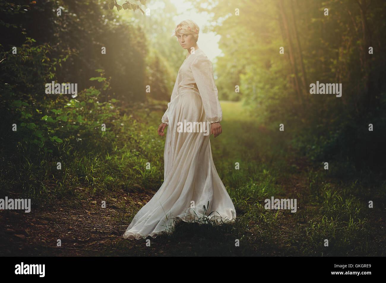 Schöne blonde Mädchen in verträumten Wäldern. Fantasie und surreal Stockbild