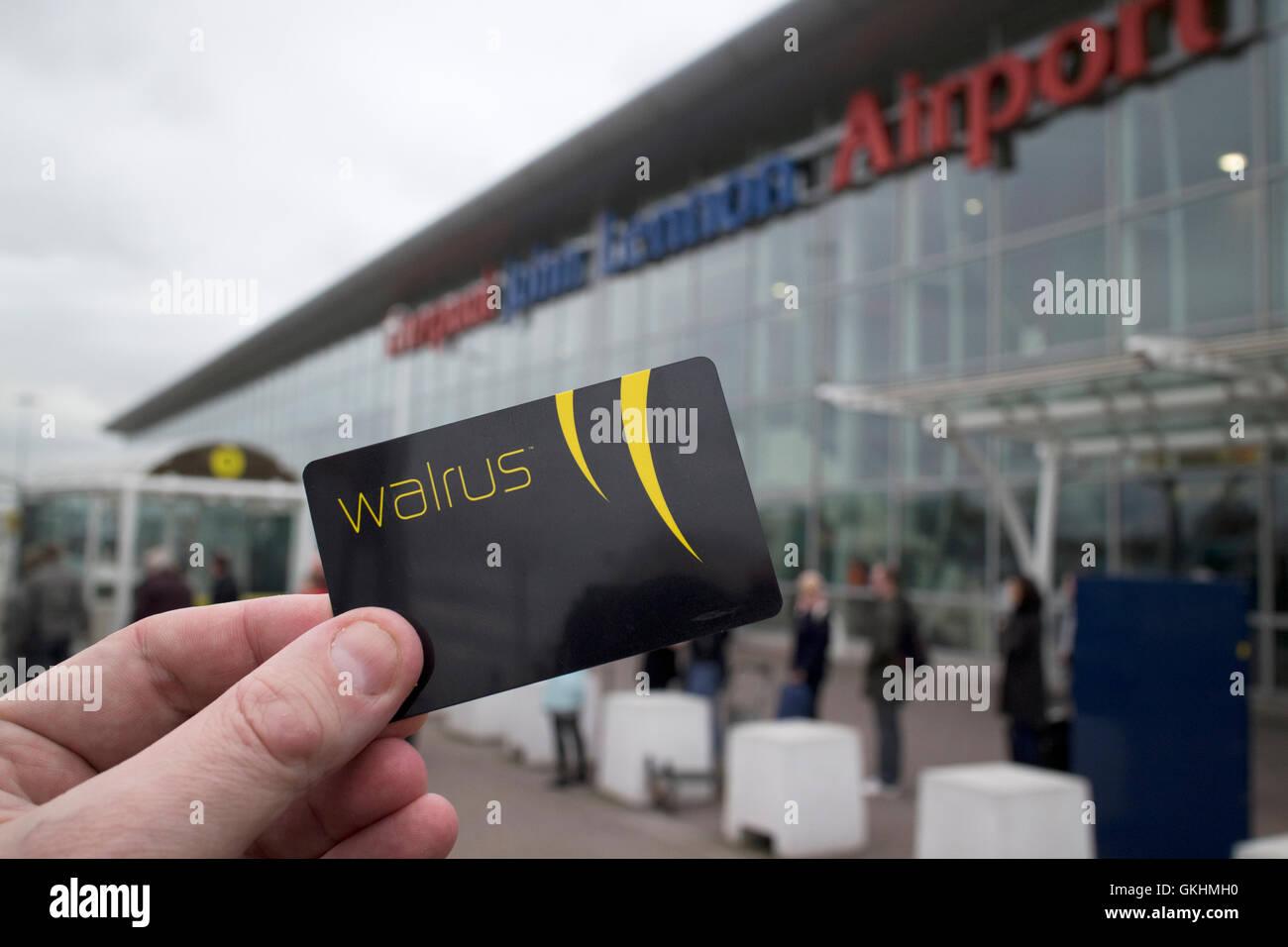 Mann hält Merseytravel Walross Karte Reisen Smartcard bei Liverpool John Lennon Flughafen Stockbild