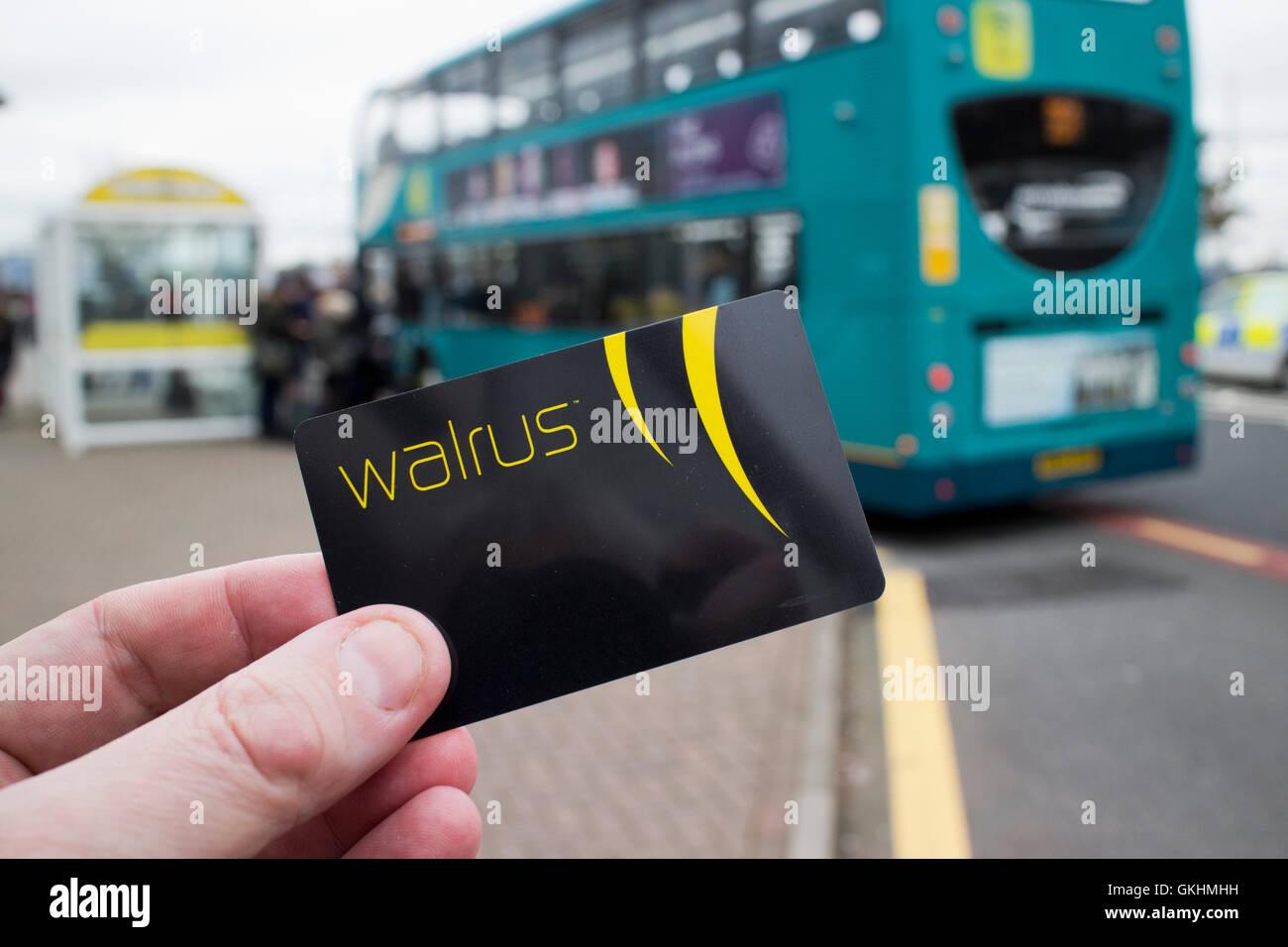 Merseytravel Walross Karte Reisen Smartcard an Bushaltestelle Stockbild