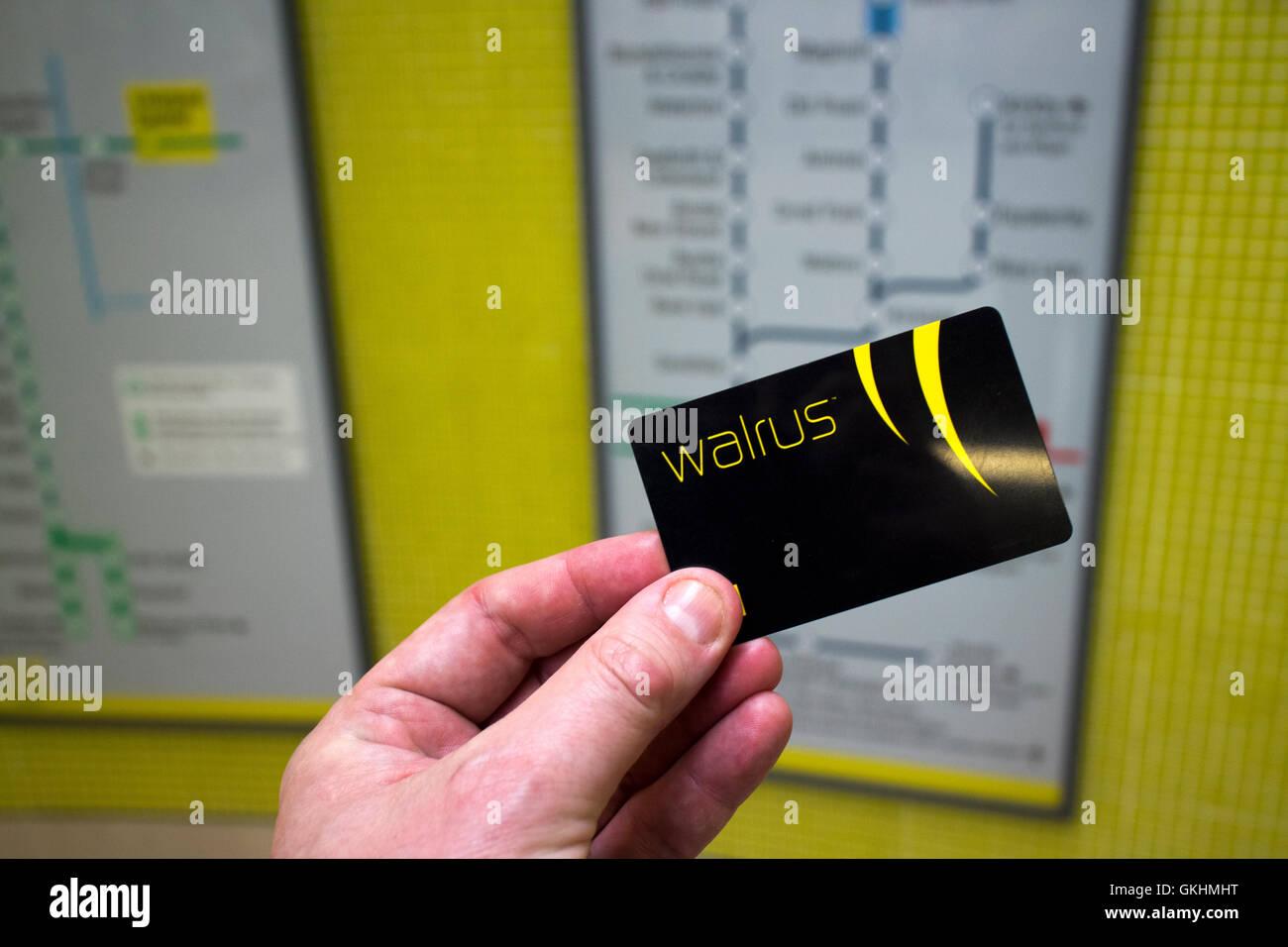 Mann hält Merseytravel Walross Karte Reisen Smartcard im unterirdischen Bahnhof liverpool Stockbild