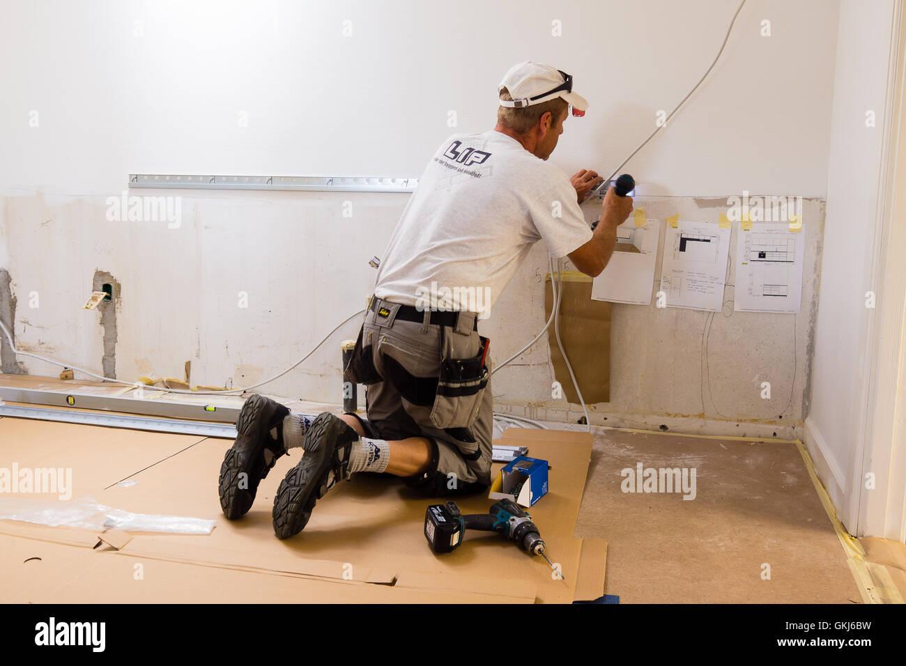 Tischler Montage Einer Ikea Kuche Mit Schraubendreher Und Hat Plane