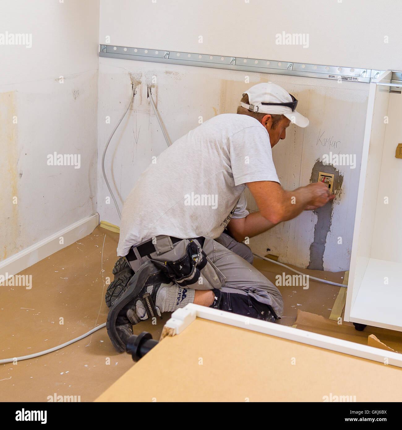 Tischler Montage Einer Ikea Kuche Stockfoto Bild 115340846 Alamy