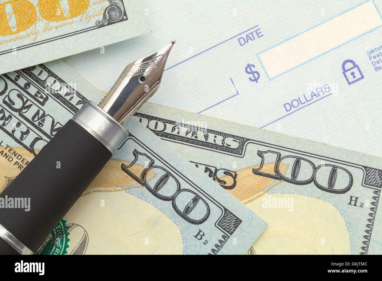 Leere Bankscheck mit Geld und Stift. Stockbild