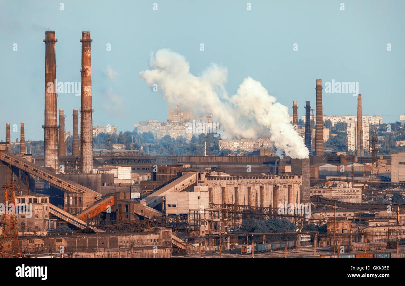 Metallurgische Fabrik. Industrielandschaft. Stahlwerk bei Sonnenuntergang. Rohre mit Rauch. Stahlwerke, Eisenhütte. Schwerindustrie in Stockfoto