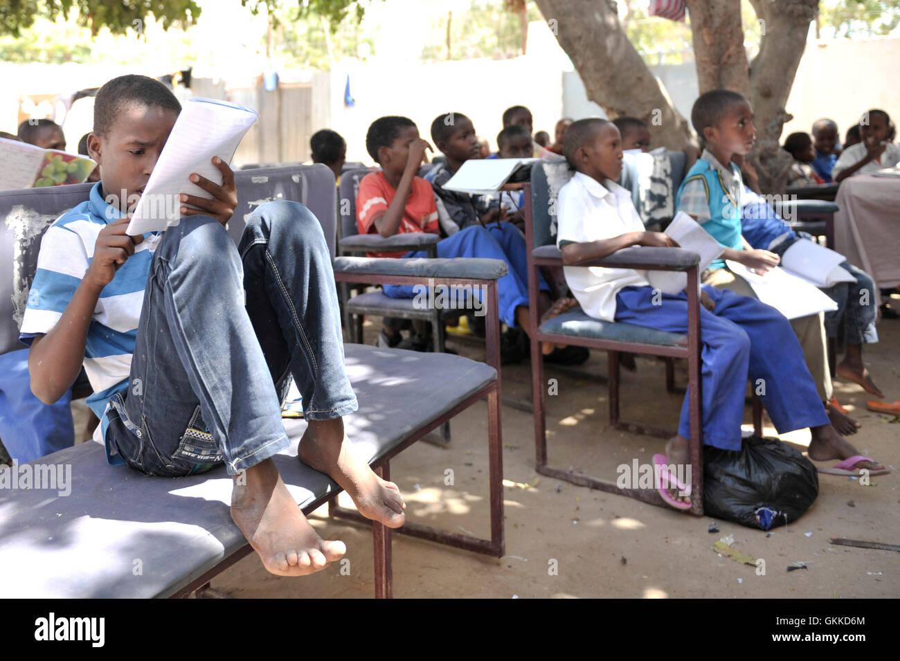 Ein kleiner Junge liest im Rahmen einer Schulung im somalischen ...