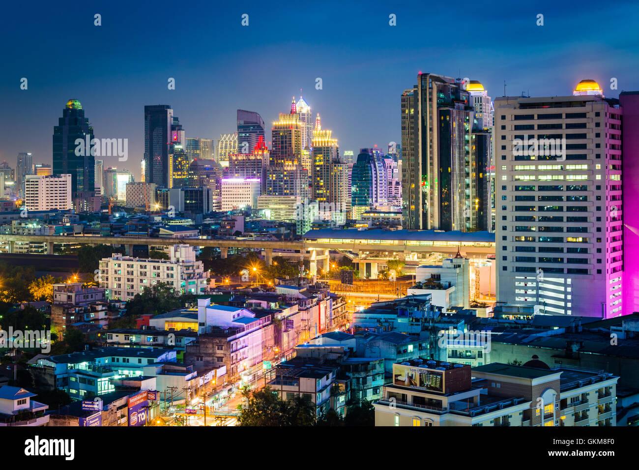 Blick auf moderne Wolkenkratzer in der Nacht in Bangkok, Thailand. Stockbild