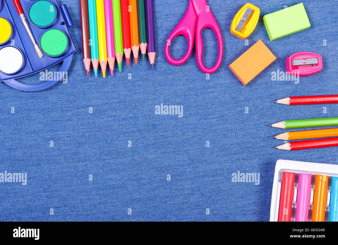 Rahmen der Schule und Büro liefert auf Jeans Hintergrund ...