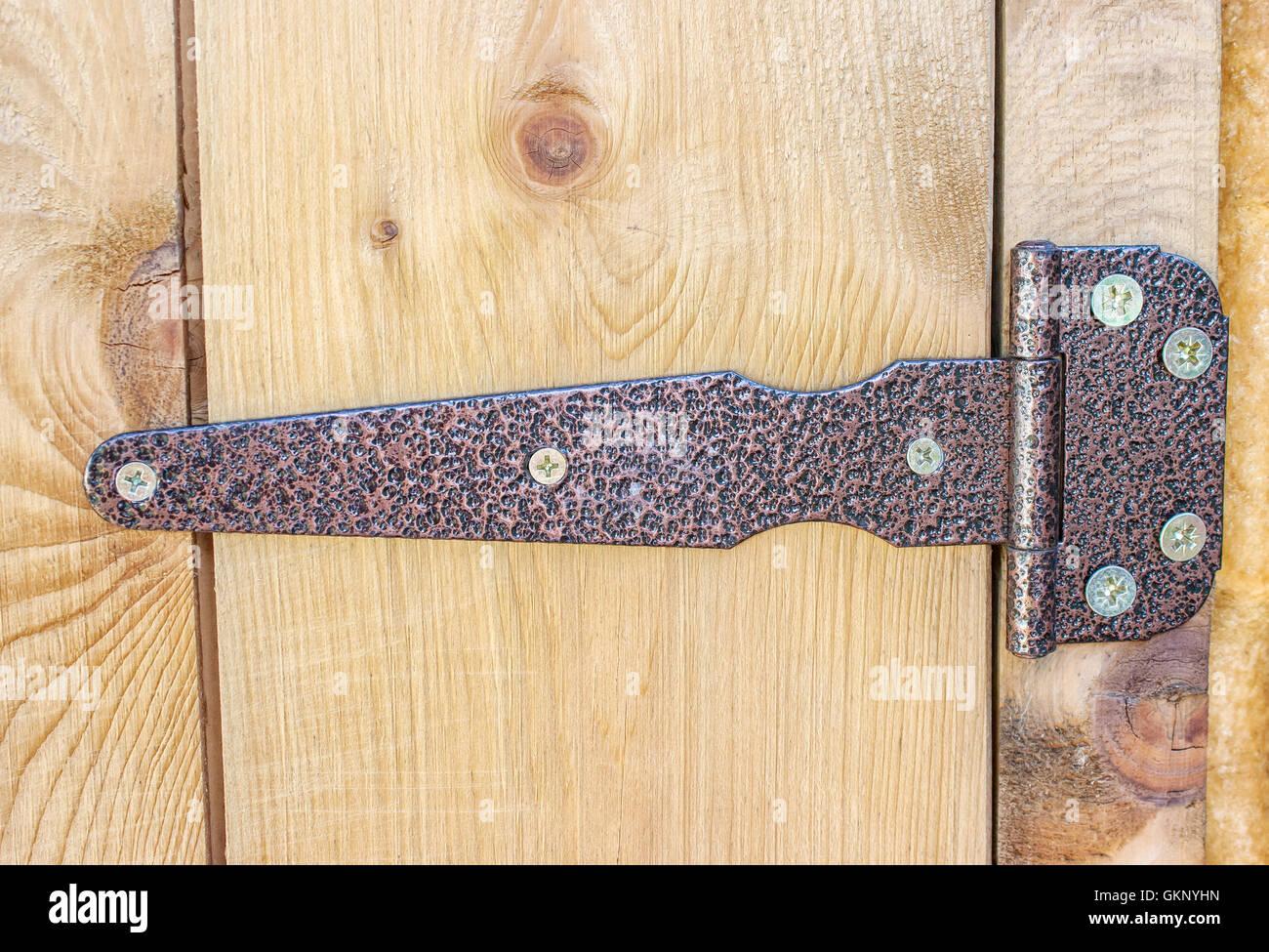 metall braun scharnier auf einer hölzernen tür-nahaufnahme stockfoto