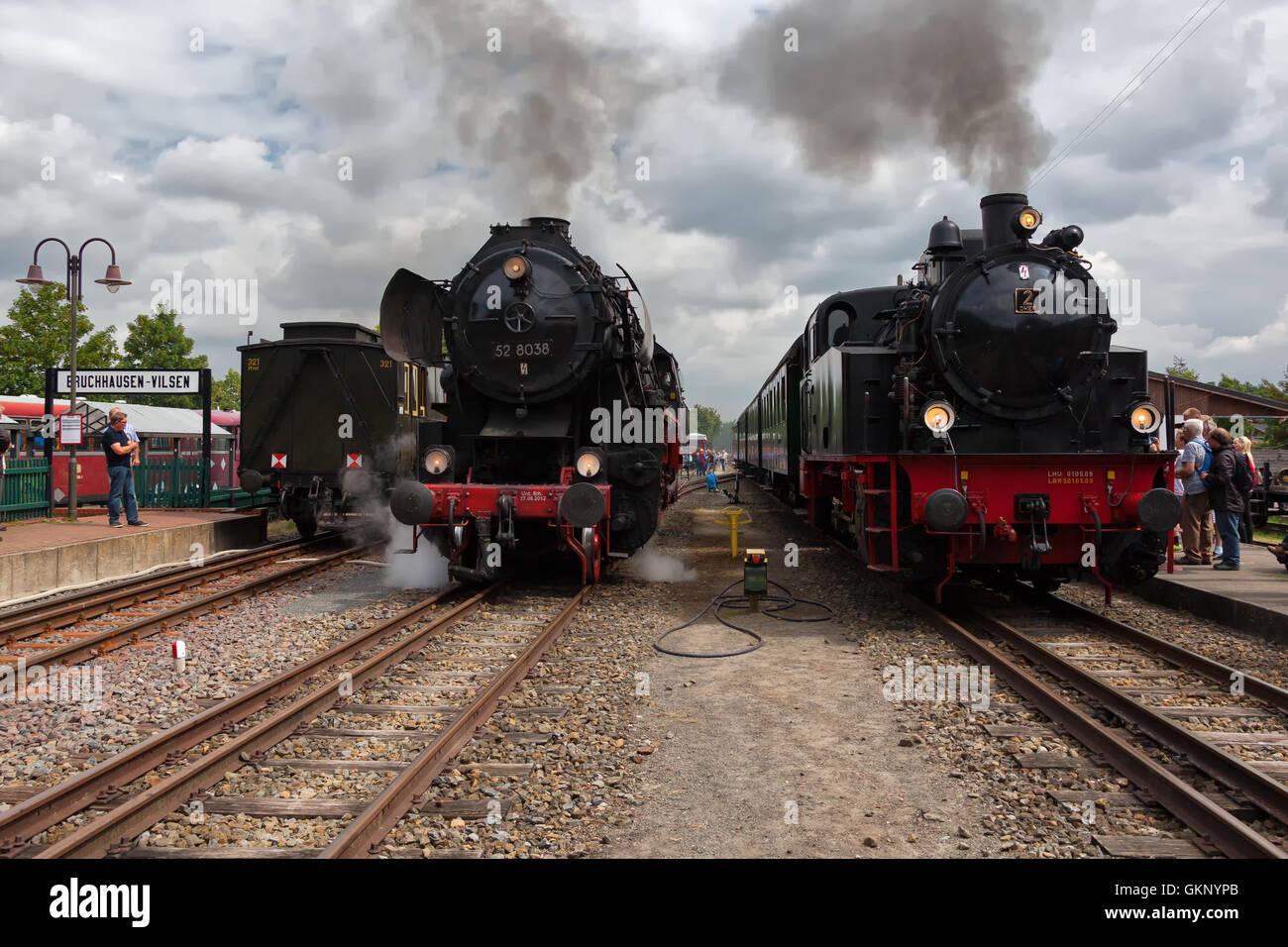 """52 8038 der Dampfeisenbahn Weserbergland und DHEF 2 """"Anna"""" von Jan Harpstedt am Bruchhauser-Vilsen, Deutschland. Stockfoto"""