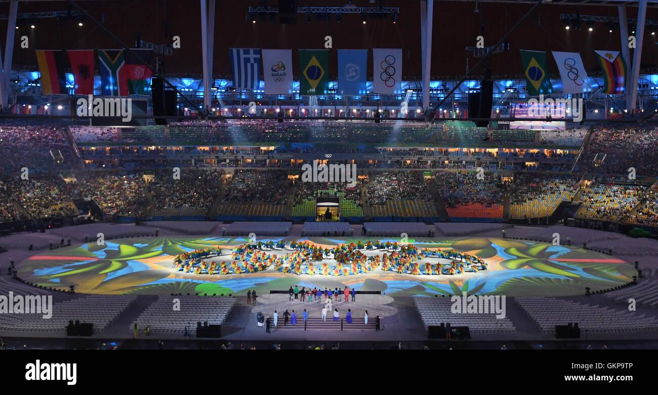 Rio De Janeiro, Brasilien. 21. August 2016. Dpatopbilder erstellen Tänzer die Olympischen Ringe während der Abschlusszeremonie Stockfoto