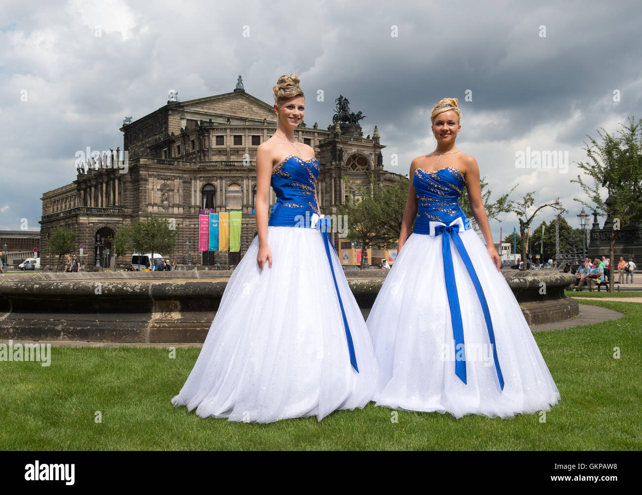 Dresden, Deutschland. 22. August 2016. Zwei Modelle tragen das Design für  die Debütantin Kleid posieren vor der Semper Oper in Dresden, Deutschland,  22. 272ae6645c