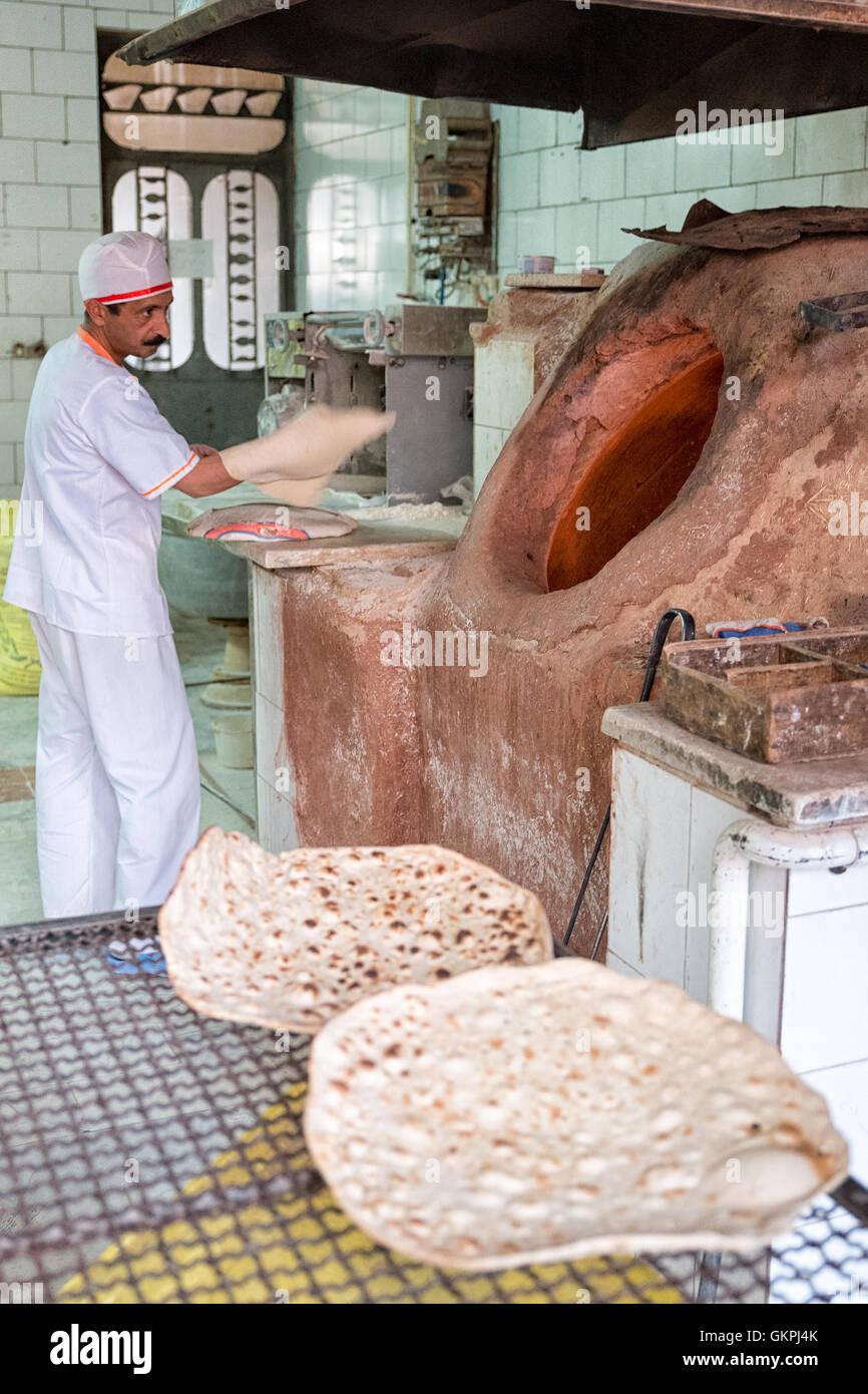 Schöne öfen persische bäcker backen schöne persische taftoon brot mit tandoor