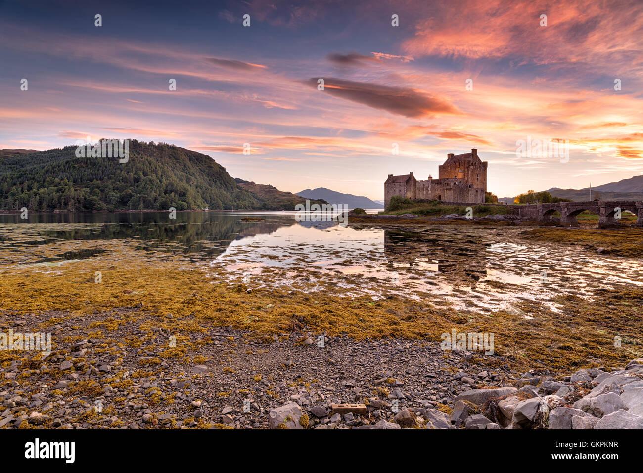 Atemberaubenden Abendhimmel über Eilean Donan Castle an der Westküste der Scottsih highlands Stockbild