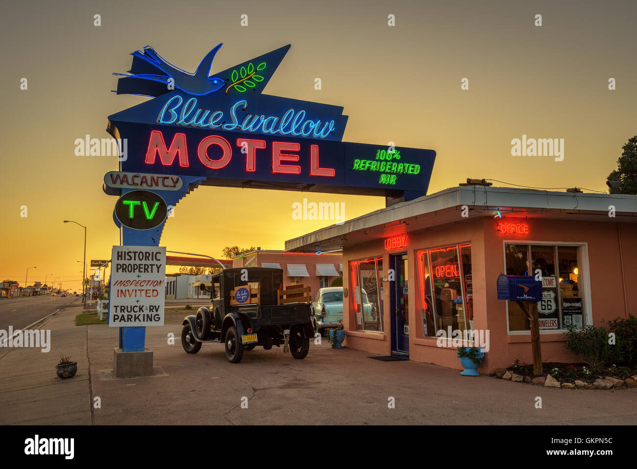 Historic Blue Swallow Motel bei Sonnenuntergang Stockbild