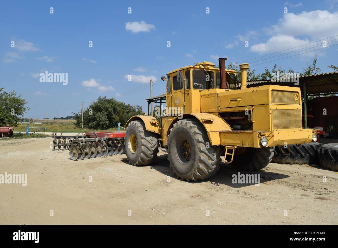 russland temrjuk 15 juli 2015 gro e gelbe traktor. Black Bedroom Furniture Sets. Home Design Ideas