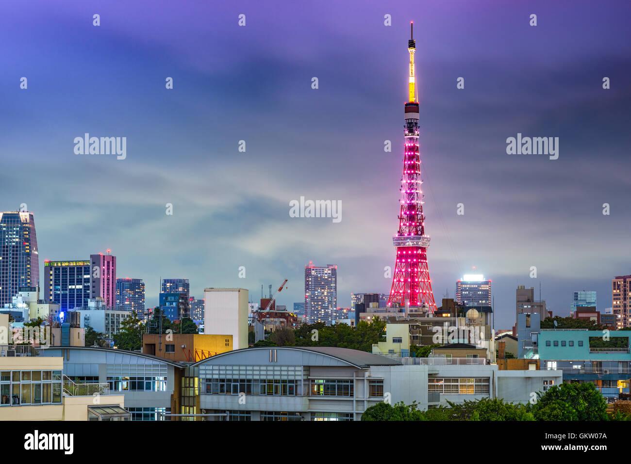 Skyline von Tokyo, Japan mit Tokyo Tower während spezieller Beleuchtung. Stockfoto