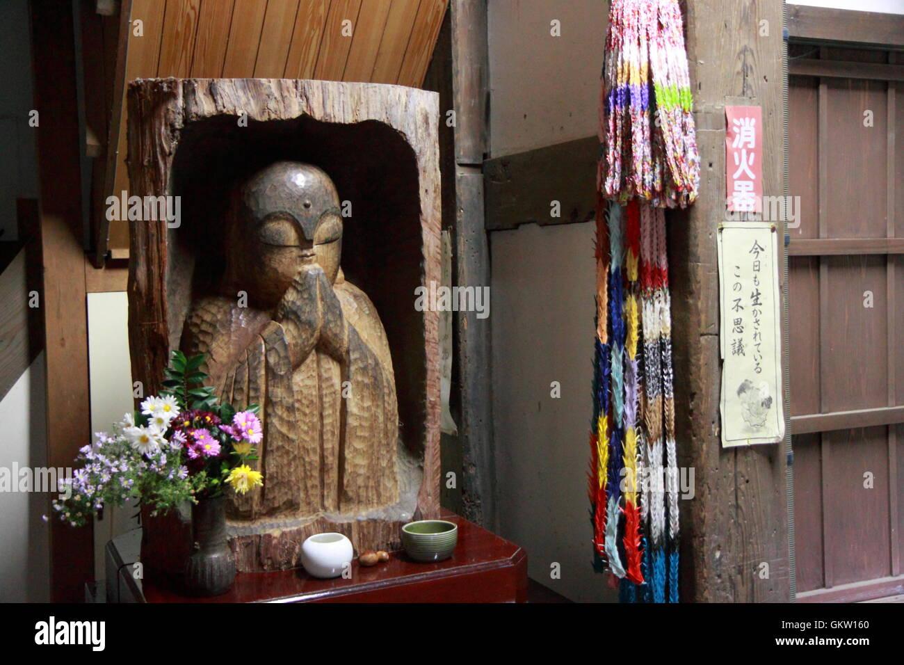 Japanische Buddaha Statur und Origami Kraniche am Daijoji Tempel Kanazawa Japan Stockbild
