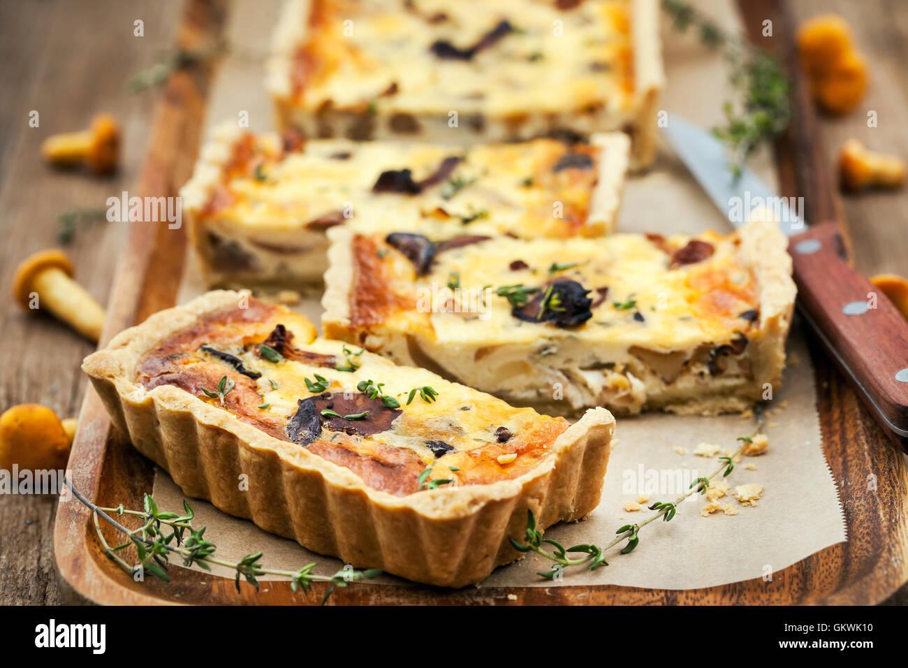 Pfifferlinge Pilze, Käse und Thymian hausgemachte leckere Torte (Quiche) Stockbild