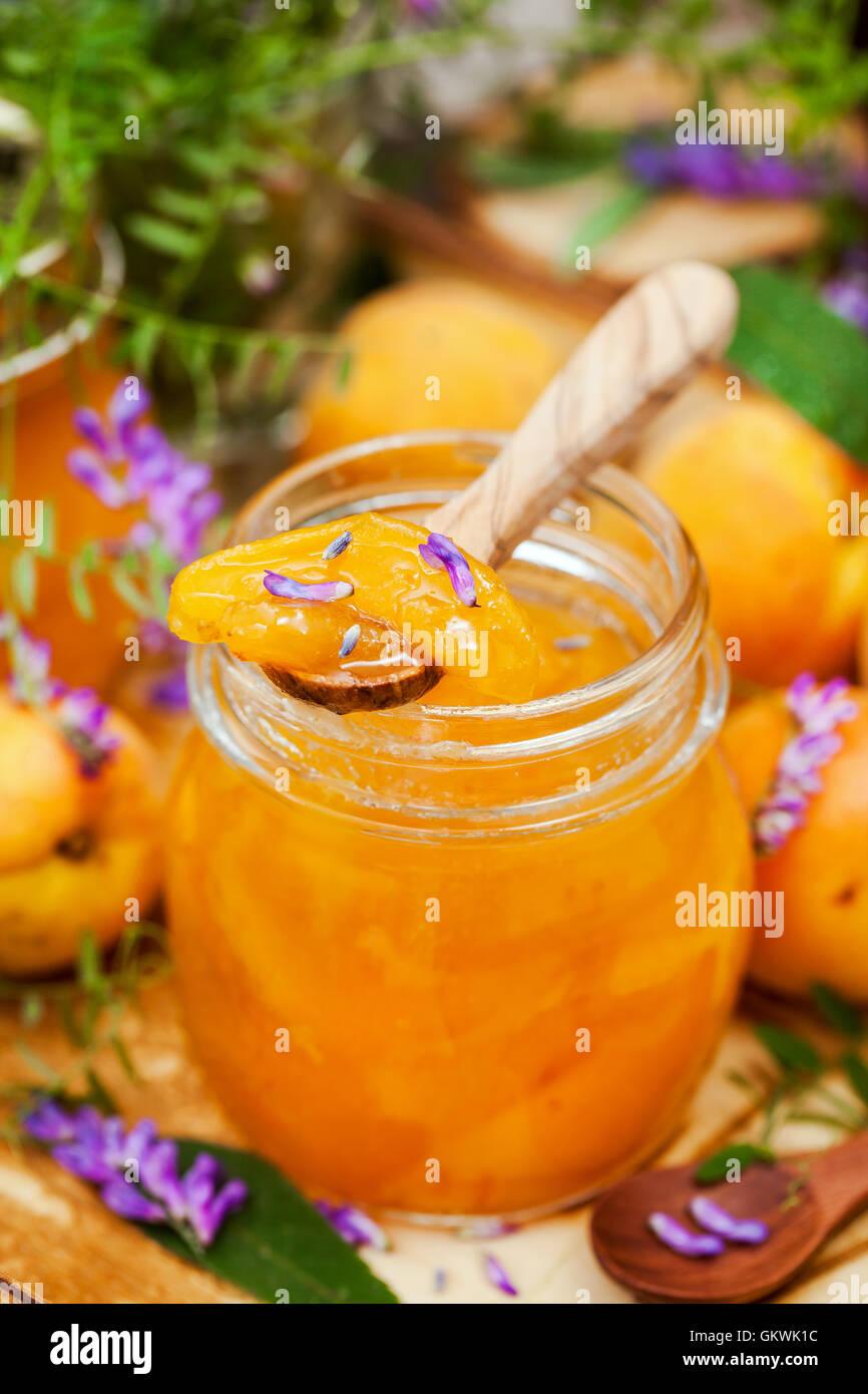 Glas mit köstlichen hausgemachten Marillenmarmelade Stockbild